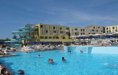 Bazén a tobogán v hoteli Falkensteiner Family Diadora