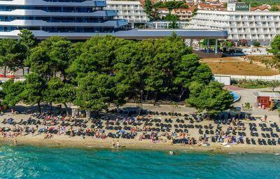 Pohľad od mora na hotel Olympia a pláž