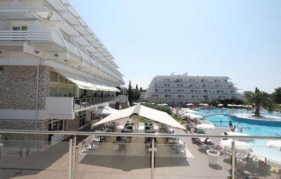 Výhľad z terasy na bazén a časť hotela Olympia