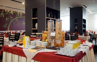 Raňajkové bufetové stoly v hoteli Eden