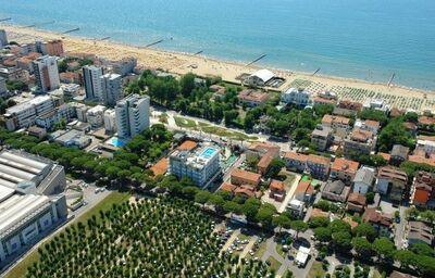 Pohľad z výšky na pláž pred hotelom Colombo
