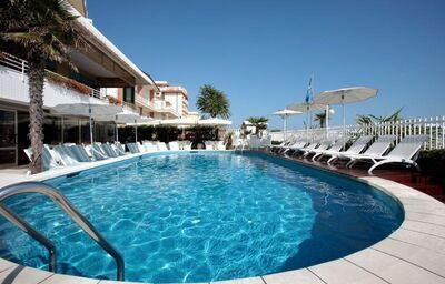 Bazén v hoteli Rivamare