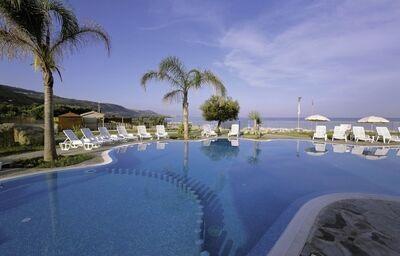 Lehátka pri bazéne hotela BV Borgo del Principe