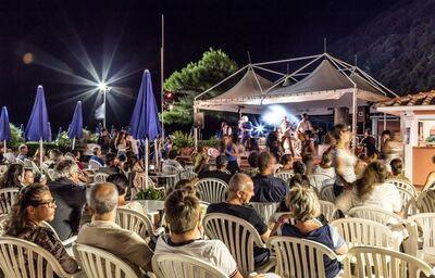 Večerný program v areáli hotela Ortano Mare Village