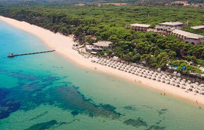 Pohľad na páž pred hotelom Forte Village Resort