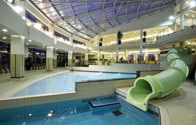 Vnútorný bazén s tobogánom v hoteli Park Inn By Radisson Sárvár Resort&Spa