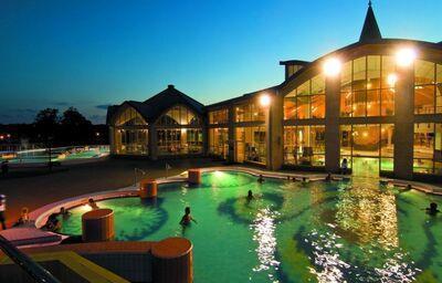 Večerný pohľad na bazén v hoteli Park Inn By Radisson Sárvár Resort&Spa