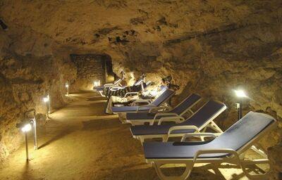 Ležadlá v jaskyni hotela Hunguest h. Pelion