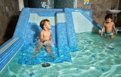 Chlapec v detskom bazéne