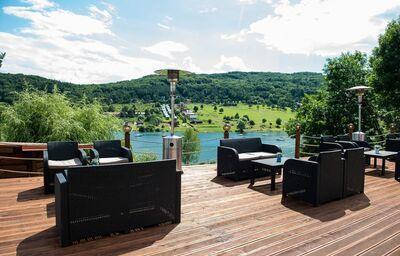 Posedenie na terase hotela Garden Domaša