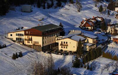 Pohľad z diaľky na hotel Limba