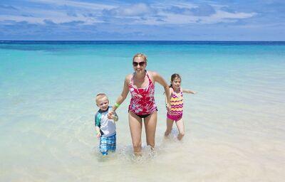 Mama s deťmi v mori