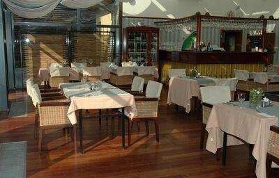Posedenie pri bare v hoteli Golden Eagle