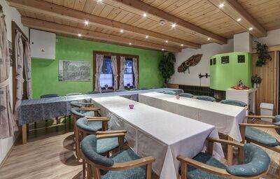 Kuchynský a jedálenský kút v chate Barborka