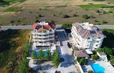 Pohľad z výšky na hotel Zaton Aparthotel
