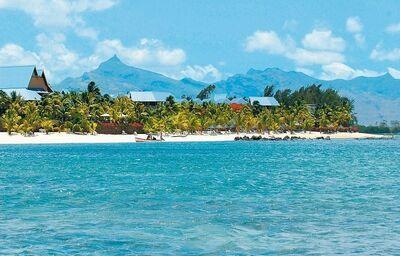 Pohľad od mora na hotel Victoria Beachcomber Resort & Spa