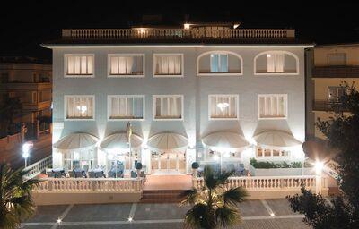 Večerný pohľad na hotel Il Settebello