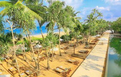 Lehátka pri pláži pred hotelom Pandanus Beach Resort
