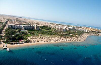 Pohľad z výšky na hotel a pláž hotela Fort Arabesque Villas