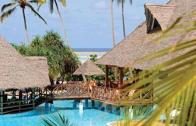 Bazén v hoteli Neptune Pwani Beach Resort & Spa