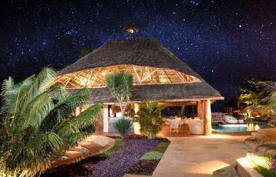 Večerný pohľad na areál hotela Tulia Zanzibar