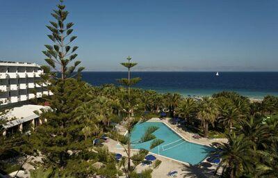 Pohľad z výšky na bazén hotela Blue Horizon