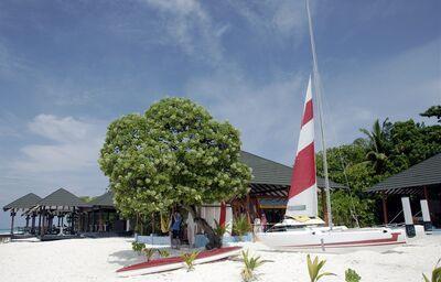 Loďky na pláži pri hoteli Adaaran Select Meedhupparu