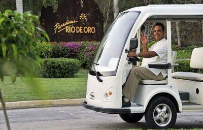 Zamestnanec v slušobnom aute hotela Paradisus Rio de Oro