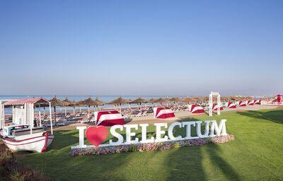 Pláž so slnečníkmi a ležadlami v hoteli Selectum Luxury Resort