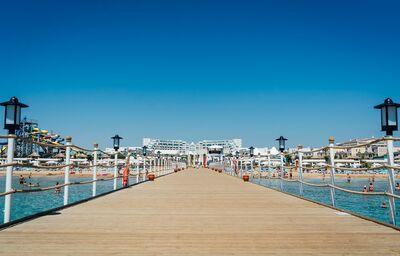 Mólo s hotelom Limak Cyprus v pozadí