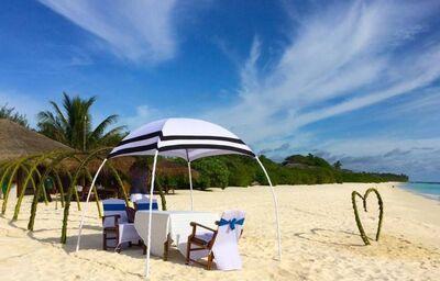 Piesková pláž pred hotelom Palm Island Beach