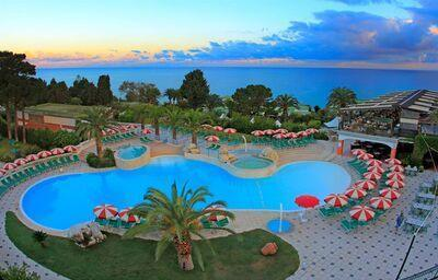 Bazén v hoteli Labranda Rocca Nettuno Tropea