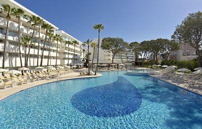 Pohľad od bazéna na hotel Iberostar Cristina