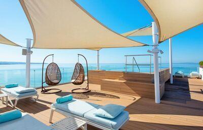 Priestor pre relaxovanie na ležadlách v hoteli Iberostar Playa De Palma