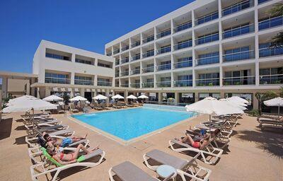 Ležadlá pri bazéne v hoteli Nelia Garden