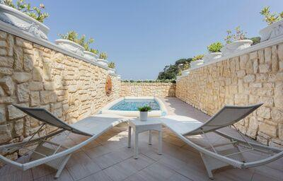 Ležadlá a privátny bazén v hoteli VOI Grand hotel Mazzaro Sea Palace