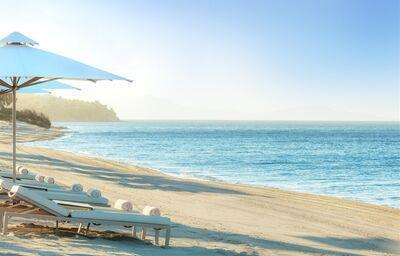 Piesková pláž pred hotelom Ikos Olivia