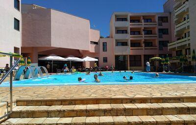 Bazén pred hotelom Donat