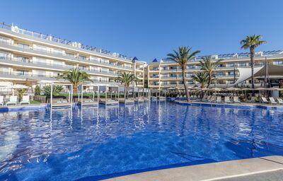 Pohľad od bazéna na hotel Zafiro Palace Hotel Palmanova
