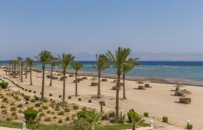 Piesková pláž pred hotelom The Bayview Taba Heights Resort