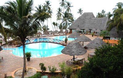 Mostík nad bazénom hotela Voi Kiwengwa Resort