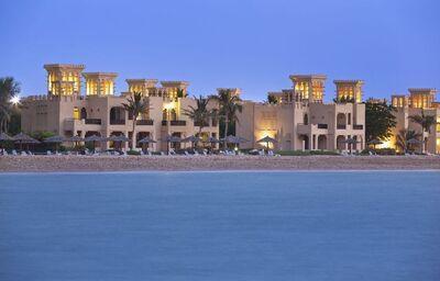 Pohľad od mora na hotel Hilton Al Hamra Beach & Golf Resort