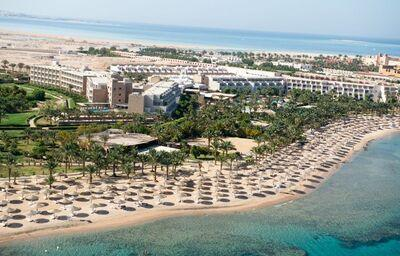 Dlhá pláž pred hotelom Fort Arabesque