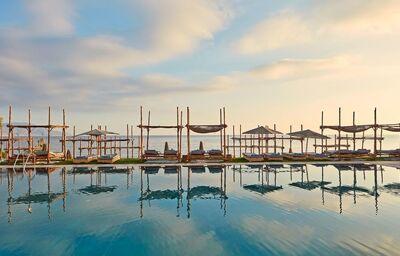 Bazén s ležadlami a výhľadom na more v hoteli La Mer Resort & Spa