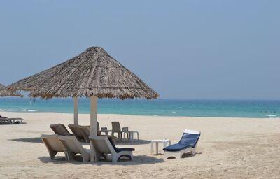 Lehátka na pláži pred hotelom Umm Al Quwain Beach Hotel