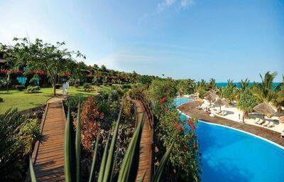Chodníky popri bazéne v hoteli Diamonds La Gemma Dell´ Est