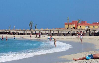 Pláž pri hoteli El Malikia Beach Resort Abu Dabbab