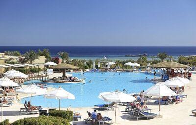 Bazén so slnečníkmi v hoteli Three Corners Fayrouz Plaza