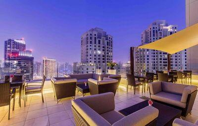 Večerné posedenie na terase hotela
