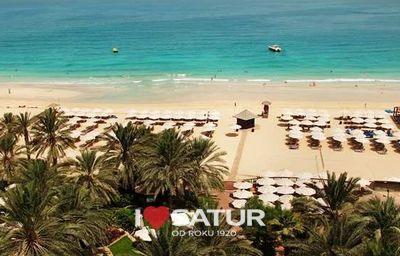 Piesočnatá pláž pred hotelom Hilton Dubai Jumeirah Beach